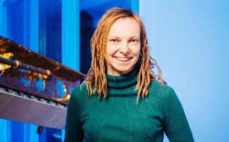 Frau neben einem Satelliten-Modell
