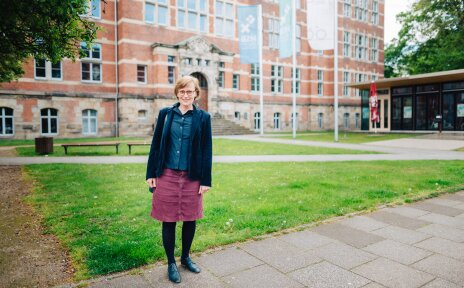 Foto von Frau Prof. Dr. Monika Habermann vor der Hochschule Bremen