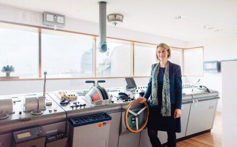 Bild von Frau Prof. Dr. Sunhild Kleingärtner auf der Schiffsbrücke im DSM