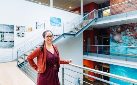 Wissenschaftlerin Dr. Alice Lefebvre steht im Flur des Marum-Gebäudes