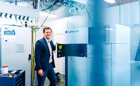 Ein Mann steht in einem Labor und öffnet die Tür eines Geräts