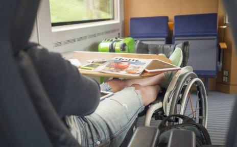 Mit dem Rollstuhl im Zug unterwegs (Quelle: Lukas Kapfer   www.th-10.de / Gesellschaftsbilder.de).