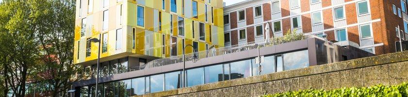 Blick auf die bunte Hausfassade der Jugendherberge
