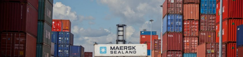 Ein Container-Stapler im Güterverkehrszentrum Bremen in Aktion (Quelle: WFB Wirtschaftsförderung Bremen GmbH)
