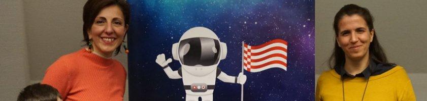 Zwei Frauen mit einem Astronauten-Plakat