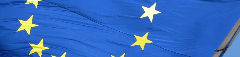 Eine blaue EU-Flagge mit den gelben Sternen des EU-Logos