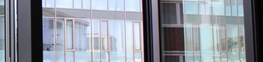 Blick auf eine Fensterfront