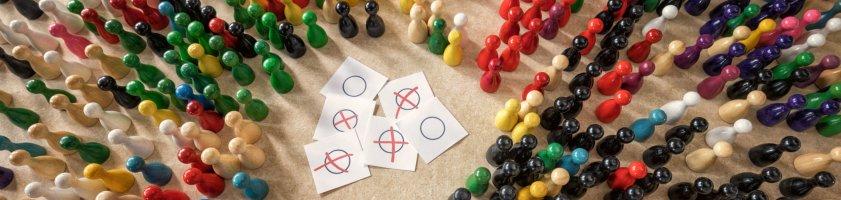 Spielfiguren als Darstellung der bunten politischen Landschaft