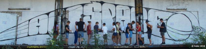 """Kinder und Jugendliche stehen vor einer Wandskizze für das Mural """"Artspace"""""""
