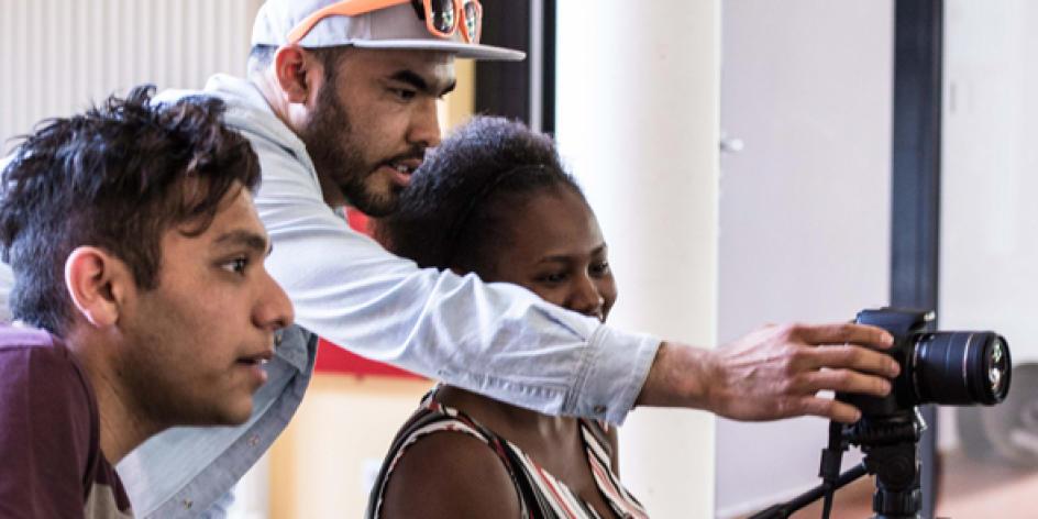 Jungen Flüchtlingen die Hand reichen