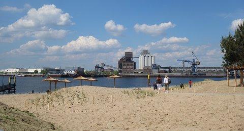 Blick auf den Waller Sand, einem Stadtstrand mit Blick auf die Hafenkulisse in der Bremer Überseestadt
