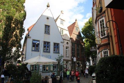 Blick auf bunte kleine Häuser im Schnoorviertel