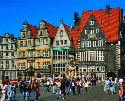 Fassaden am Bremer Marktplatz, im Vordergrund der Roland; Quelle: protze + theiling GbR