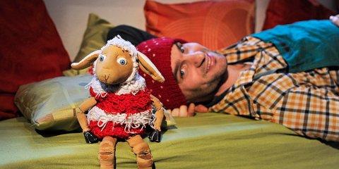Ein Porträt eines Schauspielers des Figurentheater Mensch Puppe mit einer Schafsfigur.