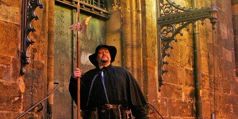 Ein kostümierter Nachtwächter der im Rahmen der StattReise vor dem Dom steht.