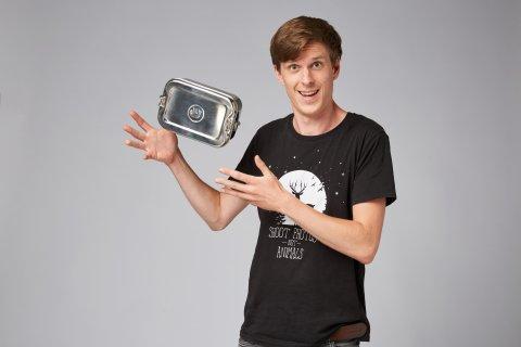 Eine Packbuddy-Dose wird in die Kamera gehalten.