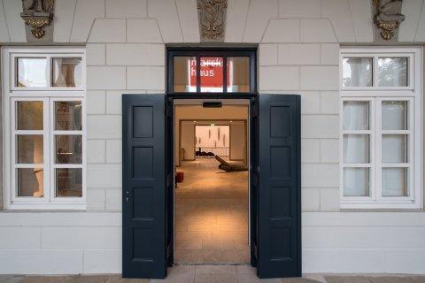 Der Eingang des Gerhard-Marcks-Haus. Eine schwarze offene Tür.