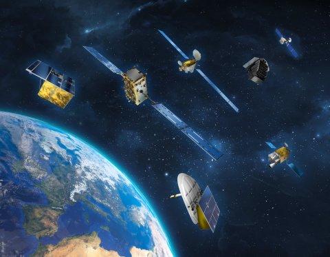 Satelliten im Weltall oberhalb der Erdkugel