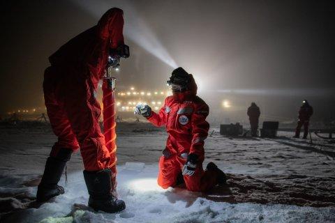 Zwei Forscher in der Arktis