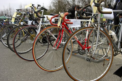 Mehrere gebrauchte Fahrräder stehen nebeneinander. An ihnen kleben Preisschilder.