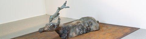 """Zu sehen ist das Kunstwerk namens """"Schwimmendes Rentier"""" welches aus Stahl und Bronze gefertigt wurde."""