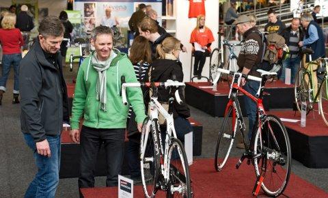 Zwei Männer sehen sich zwei Rennräder an