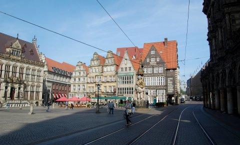 Passanten rund um den historischen Marktplatz in Bremens Stadtmitte.
