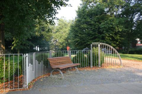 Eine Holzbank steht am Wegesrand