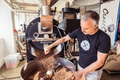 Ein Mann röstet Kaffee