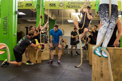 Mitglieder von CrossFit Nordlicht trainieren am Ruderergometer.