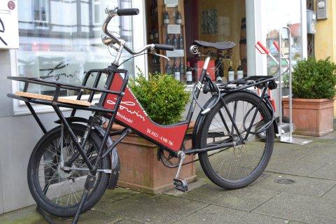 Ein Retro-Fahrrad der Weinhandlung Lowin vor dem Geschäft.