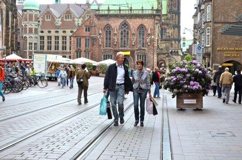 Pärchen mit Einkaufstüten in der Obernstraße (Quelle: CityInitiative Bremen Werbung e.V. )