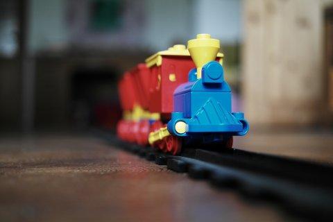 Eine Spielzeugeisenbahn steht auf Schienen