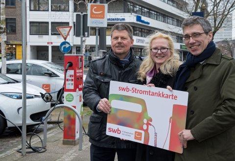 Nahmen am 20. März 2017 gemeinsam die erste E-Car-Sharing Station in der Bremer Innenstadt in Betrieb (v.l.n.r.) Dr. Joachim Lohse, Senator für Umwelt, Bau und Verkehr, Kerstin Homrighausen, Geschäftsführerin der cambio StadtAuto Bremen CarSharing GmbH, und Dr. Torsten Köhne, Vorstandsvorsitzender der swb AG.