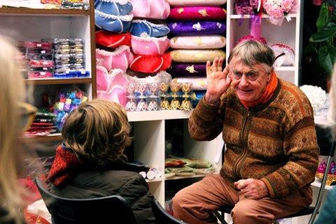 Ein älterer Mann erzählt Kindern etwas