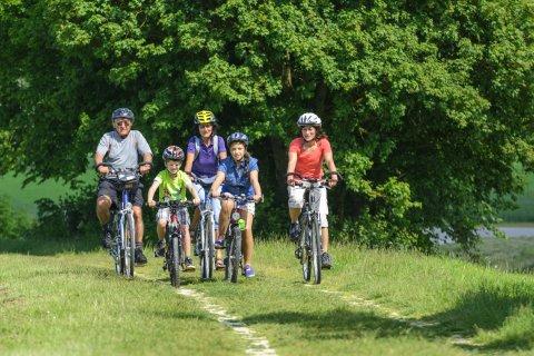 Drei Generationen machen einen Ausflug mit dem Rad; Quelle: fotolia / ARochau