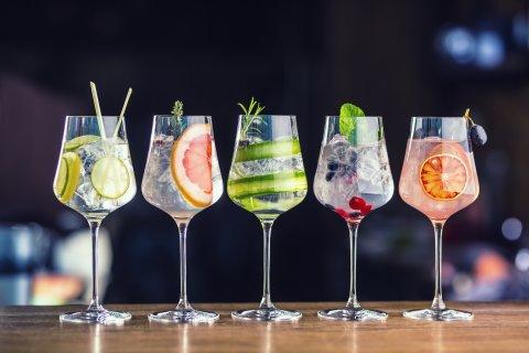 Fünf Cocktailgläser stehen auf dem Tresen.