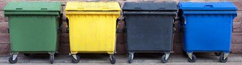 Große Mülltonnen nebeneinander