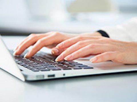 Frauenhände tippen auf einer Laptop-Tastatur (Quelle: fotolia / chagin)