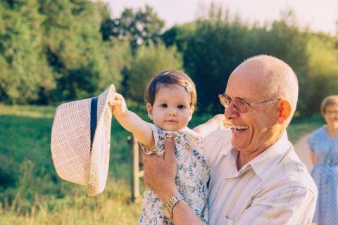 Ein Großvater mit Enkelin auf dem Arm Quelle:fotolia; David Pereiras