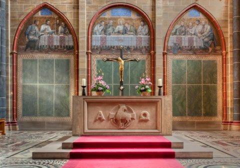 Der Altar auf dem Hochchor, im Hintergrund das Heilige Abendmahl