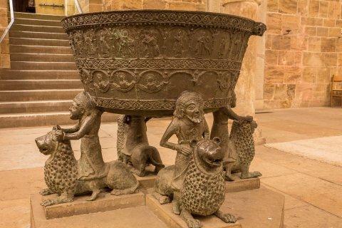 Im Bronze-Taufbecken auf Löwenreiter-Füßen werden seit 700 Jahren Christen getauft