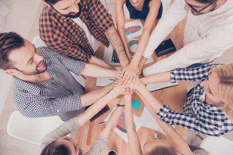 Hände die Zusammen in einen Kreis gehalten werden.