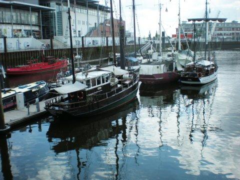 Boote in einem kleinen Hafen