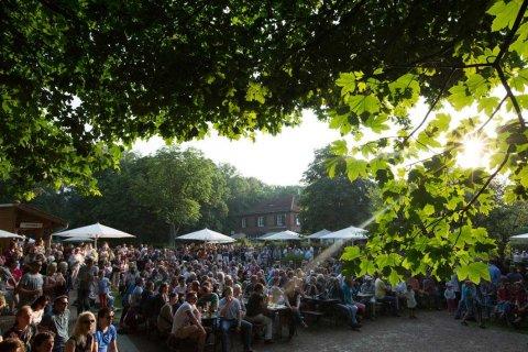 Belebter Biergarten im Haus am Walde.