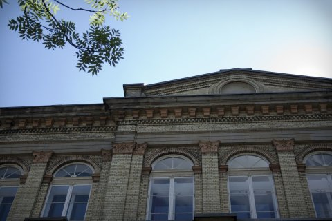 Ein helles Gebäude mit großen Fenstern