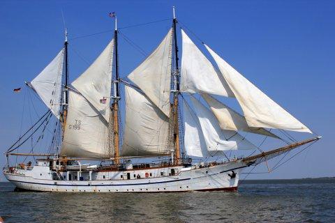 Ein Segelboot auf dem Wasser