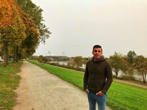 Ein junger Mann steht am herbstlichen Osterdeich