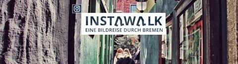 """Eine Gasse im Schnoor, durch die Menschen gehen, darüber Aufschrift """"Instawalk - Eine Bildreise durch Bremen"""""""