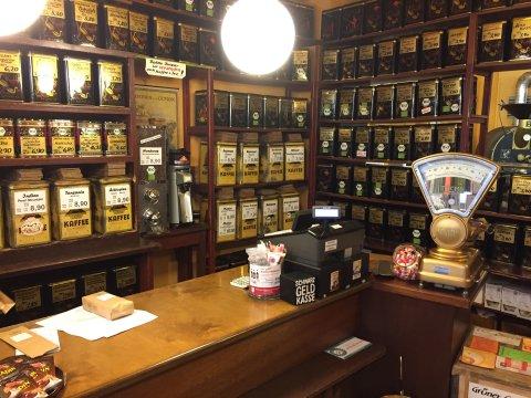 Innenaufnahme mit urigen Regalen voller Kaffee in der Kaffee-Rösterei Hemken.